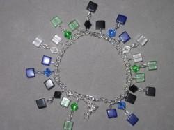AR107 Multi color cube: Armband med glaskuber i olika färger...85:- SÅLD  För att se en större bild, klicka på denna länk.