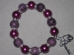 AR113 Big purple key: Elastiskt armband med stora lila pärlor  samt en nyckel och ett lås som berlocker...Finns att köpa hos Studio MiniSÅLD För att se en större bild, klicka på denna länk.