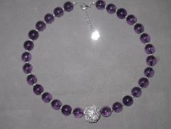 HA083 Big purple ball: Halsband med lila glaspärlor med en stor silverfärgad trasselboll...Finns att köpa hos Studio MiniSÅLDFör att se en större bild, klicka på denna länk.