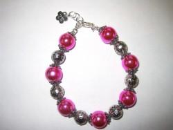 AR093 Pink metal: Armband med stora rosa pärlor med metallisk lyster...95:- SÅLD För att se en större bild, klicka på denna länk.