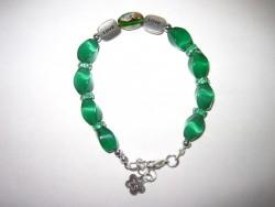 AR095 Green Love: Armband med gröna cateye pärlor  och mellandelar med texten