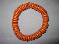 AR097 Orange disk arm: Elastiskt armband med orange träpärlor...55:- SÅLD För att se en större bild, klicka på denna länk.