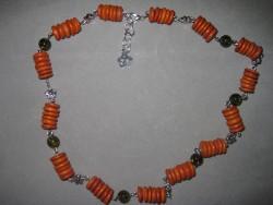HA071 Orange disk: Halsband med orange träpärlor och olivgröna glaspärlor...90:-SÅLDFör att se en större bild, klicka på denna länk.