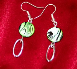 OR018 Green stripe: Örhänge med häftig grön pärla och oval ring...55:- SÅLD  För att se en större bild, klicka på denna länk.