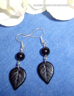 OR020 Black leaf: Örhängen med glas löv i svart...55:- SÅLD