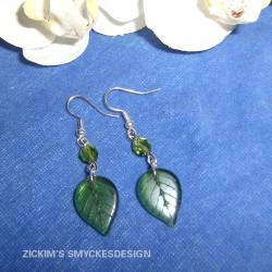 OR021 Green leaf: Örhängen med glas löv i grönt...55:- SÅLD