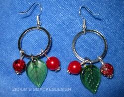 OR028 Red berry ear: Örhängen med glaslöv och röda pärlor...60:- 30:-  För att se en större bild, klicka på denna länk.  Lägg till bildtext textarea cant be used in forms style=