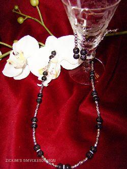 HA017 Black ice: Halsband med ispärlor i svart och små silverpärlor + tillhörande örhängen...89:-SÅLDFör att se en större bild, klicka på denna länk.