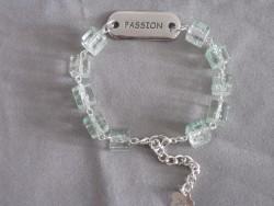 AR104 Passion arm: Armband med ljusgröna glas kuber  och stansad bricka med texten