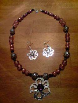 SE001 Pinkflower: Halsband + tillhörande örhängen med stora blommor...SÅLD