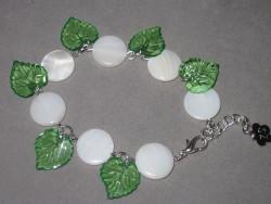 AR101 White dot leaf: Armband med snäckskals pärlor  och gröna acryl löv...70:- SÅLD För att se en större bild, klicka på denna länk.