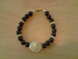 AR050 Goldshell: Armband med svarta glaspärlor och en snäckskalspärla...75:- SÅLD För att se en större bild, klicka på denna länk.