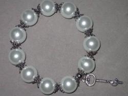 AR115 Big white key: Elastiskt armband med stora vita glaspärlor  samt en nyckel som berlock...99:- (Vinst i blogg tävling, SÅLD)  För att se en större bild, klicka på denna länk.