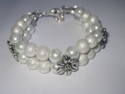 AR109 White flower: 2radigt armband med vita pärlor  och en blomma som mellandel...90:- SÅLD För att se en större bild, klicka på denna länk.
