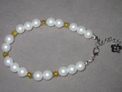 AR102 Yellow dot: Armband med vita och gula pärlor...70:- SÅLD För att se en större bild, klicka på denna länk.
