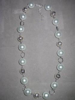 HA080 Snowball bling: Halsband med vita glaspärlor och filigranbollar...120:- SÅLD För att se en större bild, klicka på denna länk.