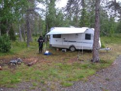 Här slog vi upp vårt första läger efter ca 120 mils bilkörning. Platsen ligger intill Laisälven, mellan Björkliden och Laisvall, i höjd med Brattforsen. Hästskoforsen ligger endast några kilometer uppströms, menbilen var att föredra när vi skulle fiskai Hästskoforsen..... Detta var en fin lägerplats med plats för ytterligare ett par husvagnar alternativt tält. Några hundra meter bort fanns en stor grusplan för husvagnsuppställning men mysfaktorn där var lika med noll !!! Här fanns små eldstäder och utsikten vid kvällsmaten var betydligt trevligare.