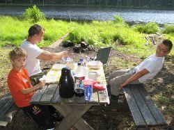Finns det nåt mysigare än att vakna, kasta ut... och sen bli serverad frukost vid vattenbrynet ?
